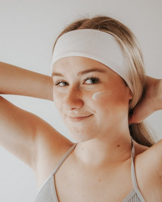 How to look beautiful without makeup - Cleanse, tone and moisturize