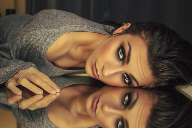 eye makeup for blue eyes - applying eye shadows