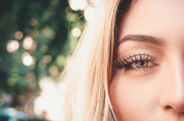 How to curl your eyelashes without a curler