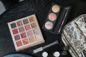 How to put eyeshadow without brush